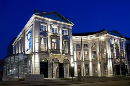 Romar zet koninklijke schouwburg in led licht for Watt verlichting den haag