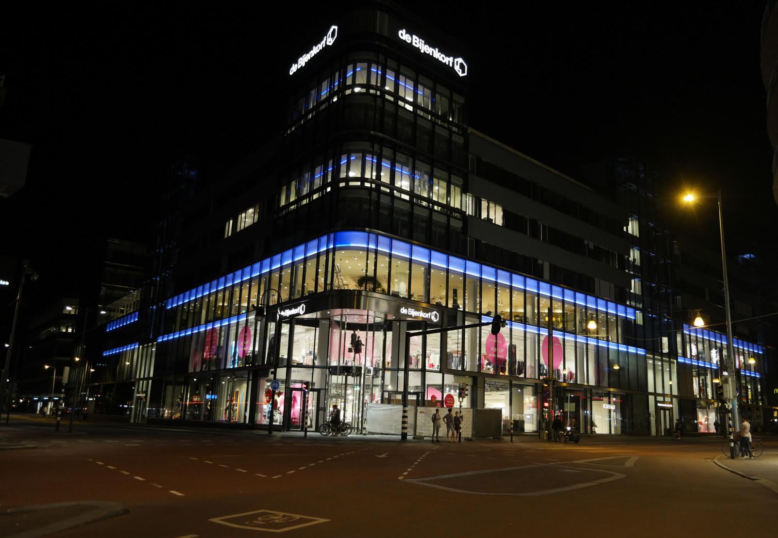 Ampco-Flashlight installeert nieuwe gevelverlichting Bijenkorf Utrecht.